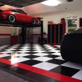 RaceDeck Diamond TuffShield checkered garage with lift