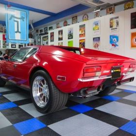 A garage with a De Tomaso Pantera and RaceDeck Diamond
