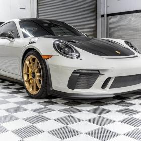 Porsche on white Free-Flow