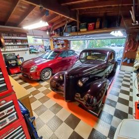Multicolor CircleTrac garage with classic car and Cadillac
