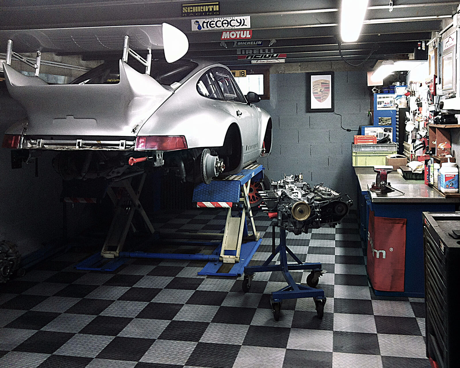 Garage with RaceDeck Diamond black and alloy with car lift
