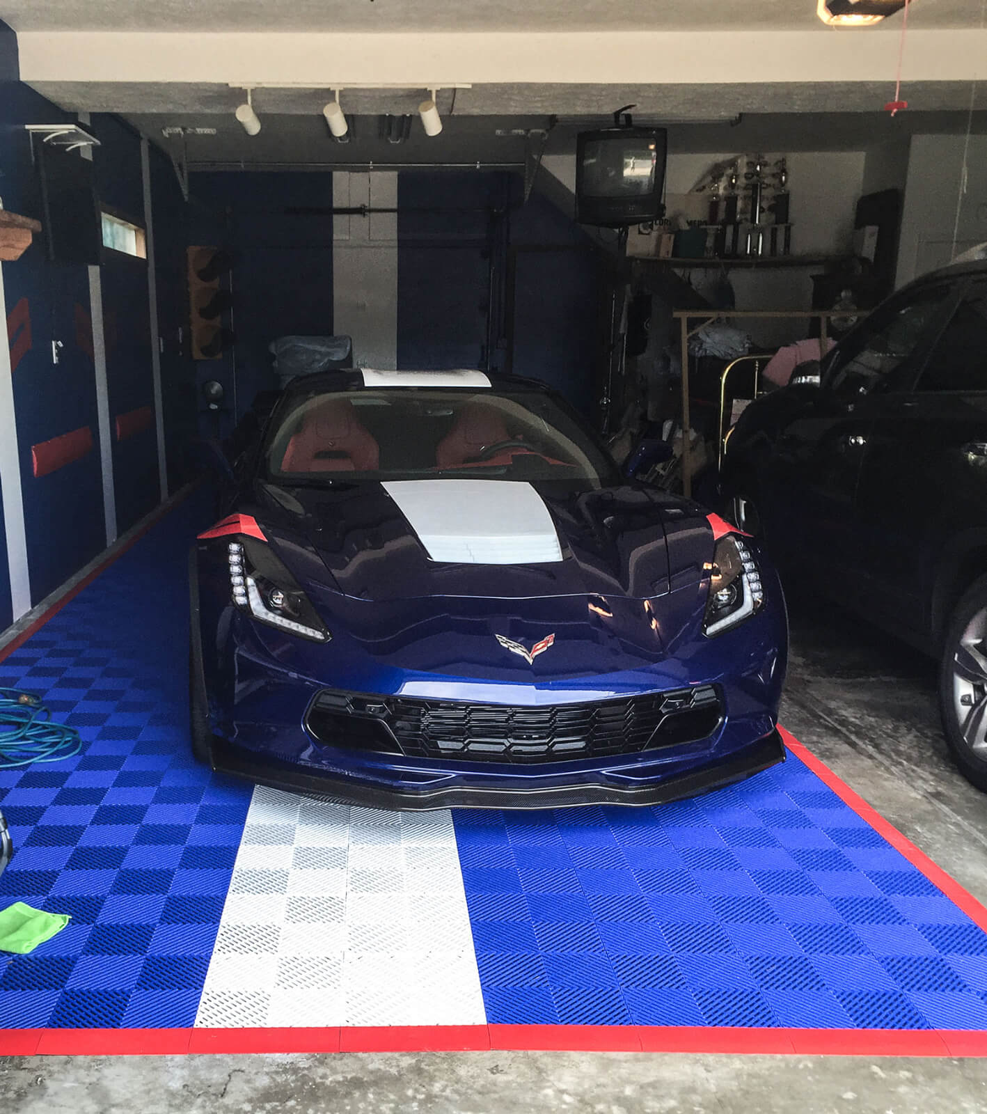Free-Flow blue and white with red edging for this Corvette