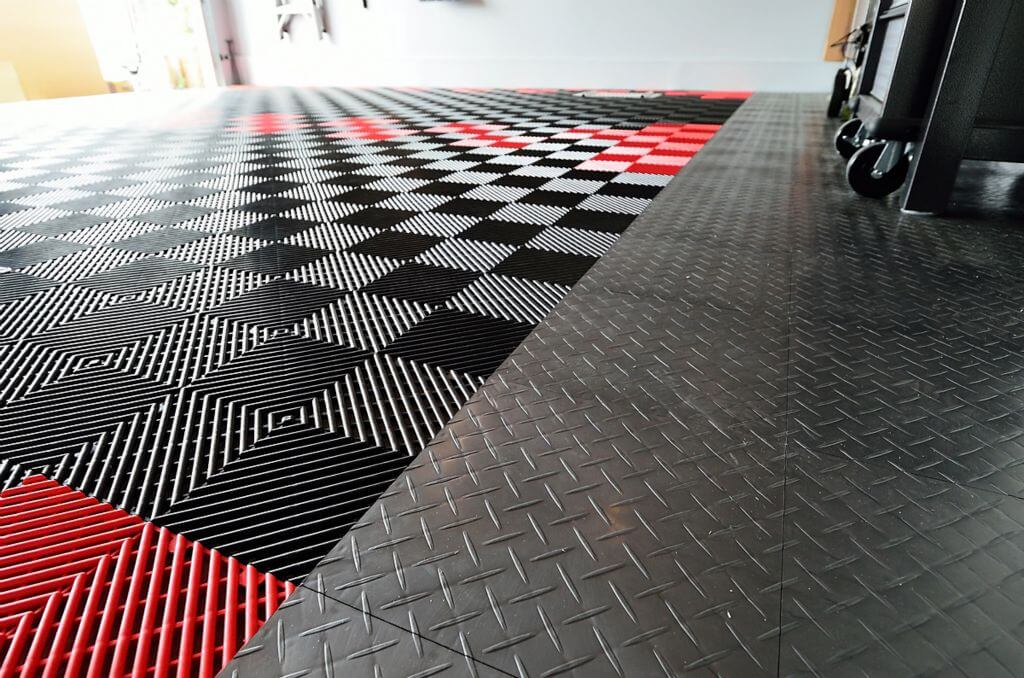 RaceDeck Free-Flow in black and red to the left; Diamond in graphite to the right.