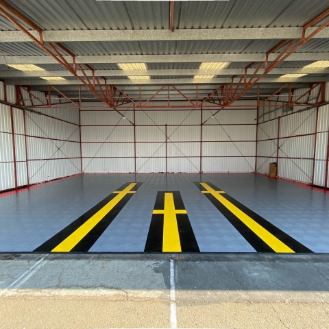 Hangar with RaceDeck Diamond in alloy, red, black and yellow colors