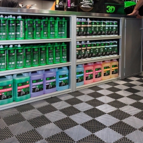 3D car care products display with Free-Flow flooring